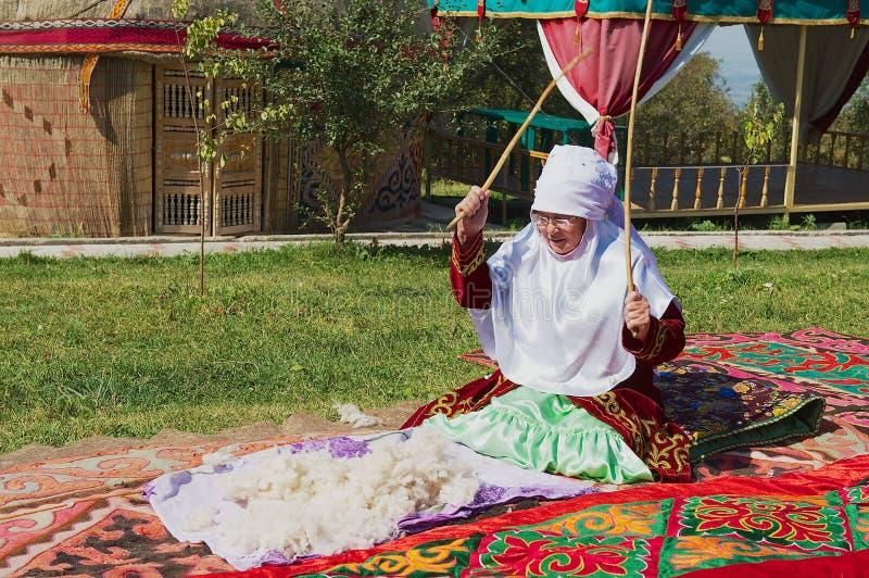 Οι γυναίκες που φορούν το παραδοσιακό φόρεμα παράγουν αισθητός στο Αλμάτι, Καζακστάν στοκ εικόνες με δικαίωμα ελεύθερης χρήσης