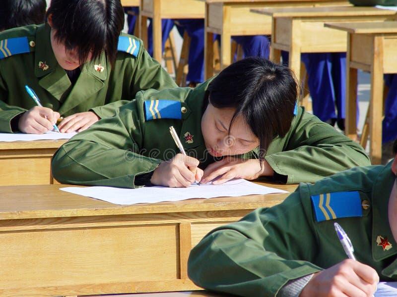 Οι γυναίκες Πολεμικής Αεροπορίας στρατού απελευθέρωσης των ανθρώπων για να συνεχίσει τη δοκιμή στην παιδική χαρά στοκ εικόνα με δικαίωμα ελεύθερης χρήσης