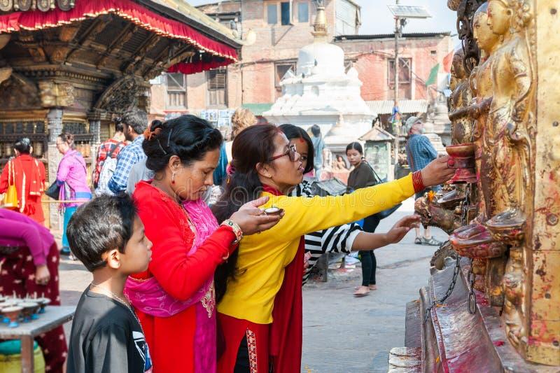 Οι γυναίκες προσεύχονται στο ναό Swayambhunath στο Κατμαντού, Νεπάλ στοκ φωτογραφία