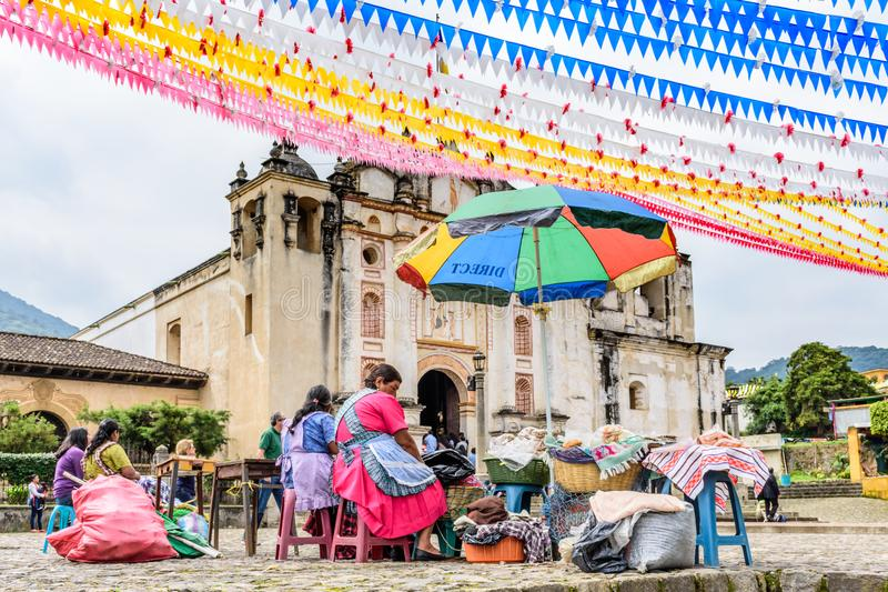 Οι γυναίκες πωλούν τα τρόφιμα έξω από την εκκλησία, San Juan del Obispo, Γουατεμάλα στοκ εικόνες