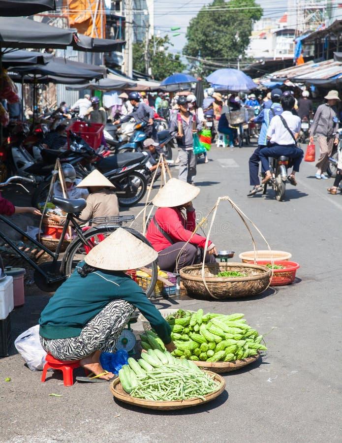 Οι γυναίκες πωλούν τα πράσινα στην οδό αγοράς στοκ φωτογραφία με δικαίωμα ελεύθερης χρήσης