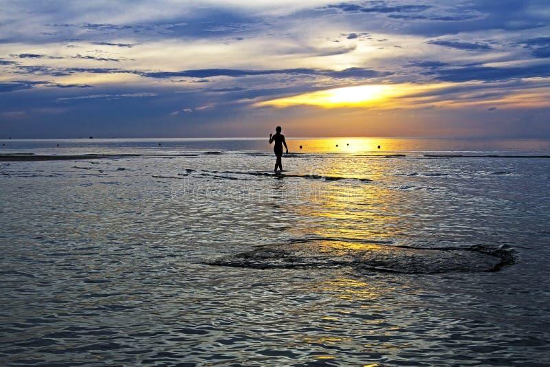 Οι γυναίκες σκιαγραφούν την αυγή στοκ φωτογραφίες