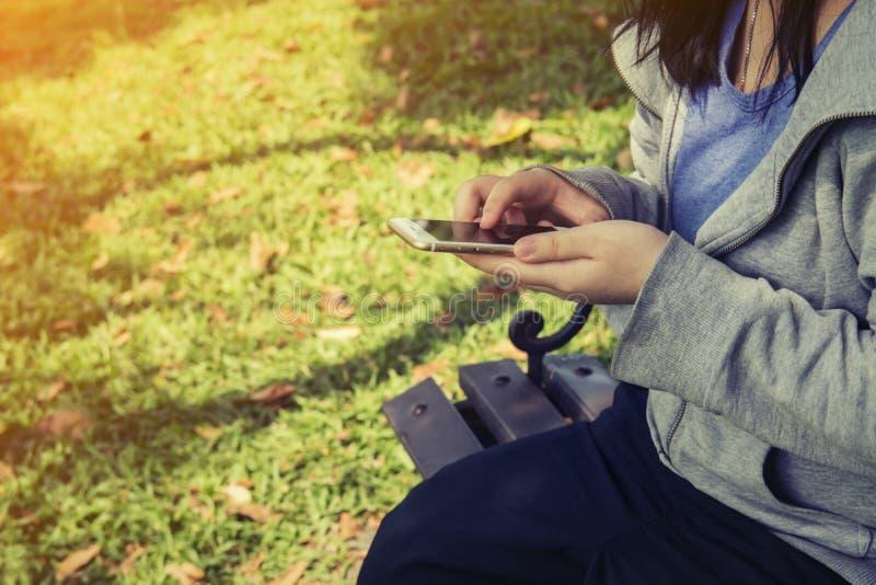 Οι γυναίκες στέλνουν το μήνυμα από το τηλέφωνο σε κάποιο στοκ φωτογραφίες με δικαίωμα ελεύθερης χρήσης
