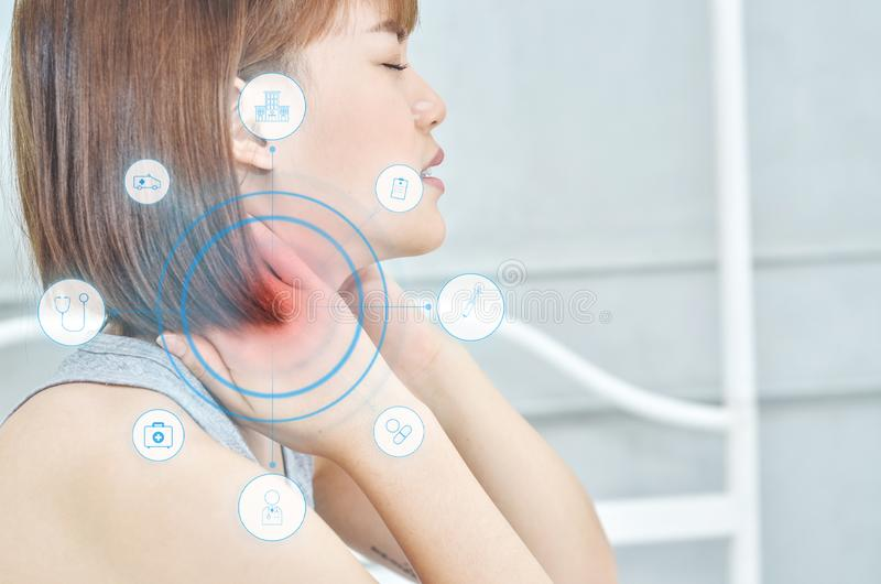 Οι γυναίκες της Ασίας δεν αισθάνονται άνετα με τον πόνο στοκ εικόνα με δικαίωμα ελεύθερης χρήσης