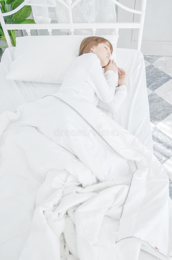 Οι γυναίκες φορούν τις άσπρες πυτζάμες στο στρώμα στοκ φωτογραφία με δικαίωμα ελεύθερης χρήσης