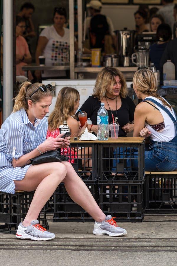Οι γυναίκες χαλαρώνουν με ένα ποτό στην αγορά αγροτών, Sidney Αυστραλία στοκ φωτογραφίες με δικαίωμα ελεύθερης χρήσης