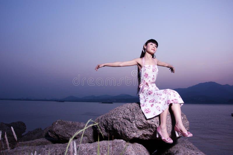 Οι γυναίκες χαλαρώνουν στο βράχο στοκ εικόνα με δικαίωμα ελεύθερης χρήσης