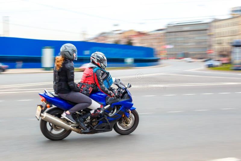 Οι γύροι μοτοσυκλετιστών με την ταχύτητα στους δρόμους πόλεων, μπορούν το 2018, Αγία Πετρούπολη στοκ φωτογραφία