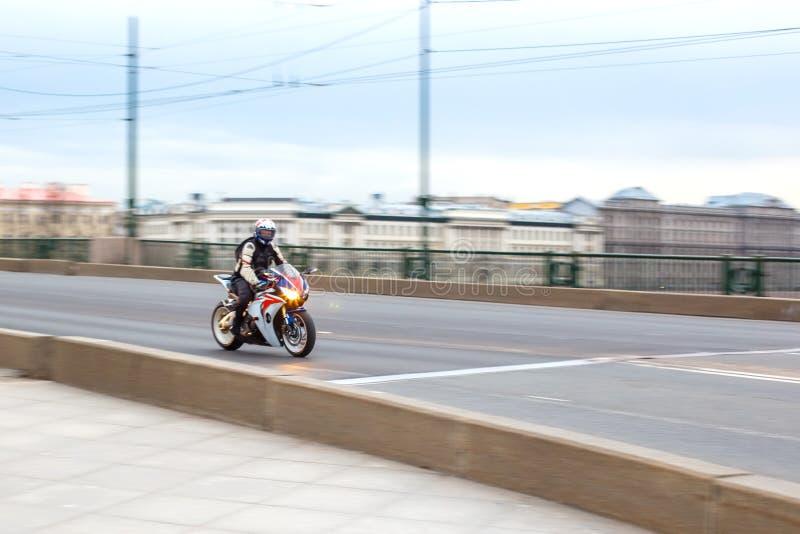 Οι γύροι μοτοσυκλετιστών με την ταχύτητα στους δρόμους πόλεων, μπορούν το 2018, Αγία Πετρούπολη στοκ φωτογραφίες