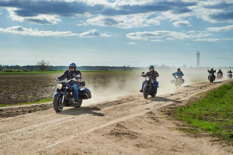 Οι γύροι στηλών ποδηλατών κατά μήκος του αγροτικού δρόμου στοκ εικόνες