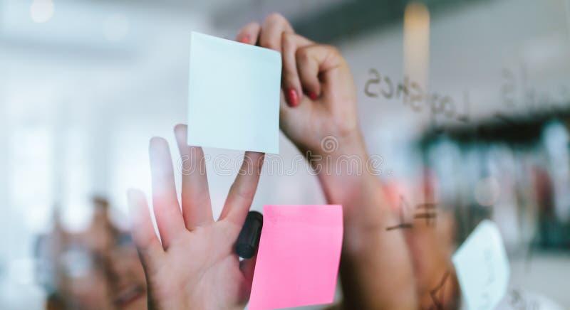 Οι δημιουργικοί επαγγελματίες που κοιτάζουν πέρα από μια θέση αυτό σημειώνουν στοκ φωτογραφίες με δικαίωμα ελεύθερης χρήσης