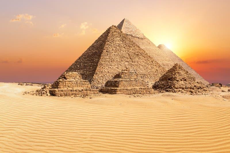 Οι διάσημες πυραμίδες Giza στην έρημο στο ηλιοβασίλεμα, Αίγυπτος στοκ εικόνες