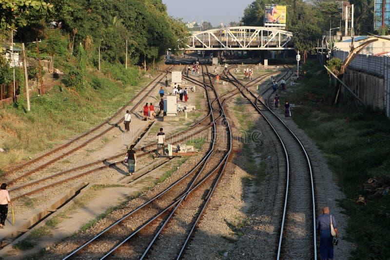 Οι διαδρομές σιδηροδρόμων που συνδέει τόσο μεγάλο μέρος και τους ανθρώπους περπατούν πολύ σε Yangon στοκ φωτογραφία
