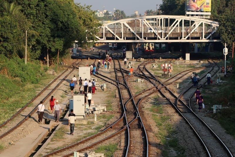 Οι διαδρομές σιδηροδρόμων που συνδέει τόσο μεγάλο μέρος και τους ανθρώπους περπατούν πολύ σε Yangon στοκ εικόνες