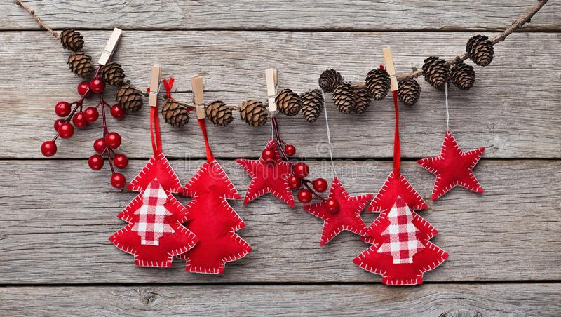 Οι διακοσμήσεις Χριστουγέννων φιαγμένες από αισθητός κρεμούν στο σχοινί στοκ φωτογραφία