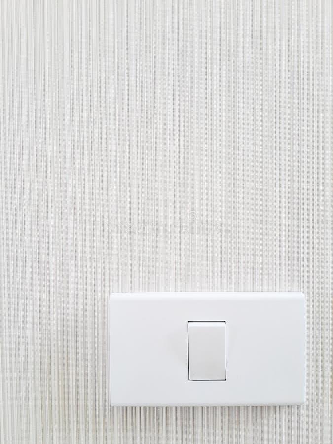 Οι διακόπτες ανοίγουν το σπίτι φω'των στον τοίχο, άσπρο δωμάτιο στοκ εικόνα