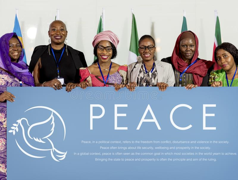 Οι διαφορετικοί άνθρωποι παρουσιάζουν αφίσσα πινάκων ειρήνης στοκ εικόνες