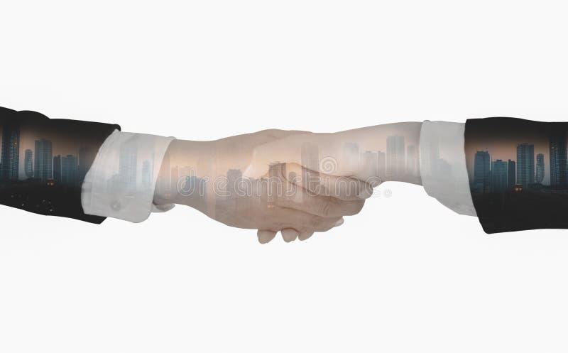 Οι διπλοί έκθεση-επιχειρηματίες τινάζουν τα χέρια, δέχονται τις επιχειρησιακές συμφωνίες συνεργασίας για τη συνεργασία και την επ στοκ εικόνα