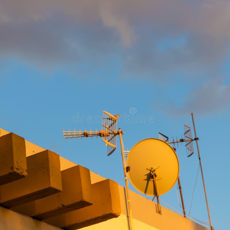 Οι δορυφόροι στη στέγη του σπιτιού με τη διάταξη θέσεων περιστεριών γέ στοκ φωτογραφίες με δικαίωμα ελεύθερης χρήσης