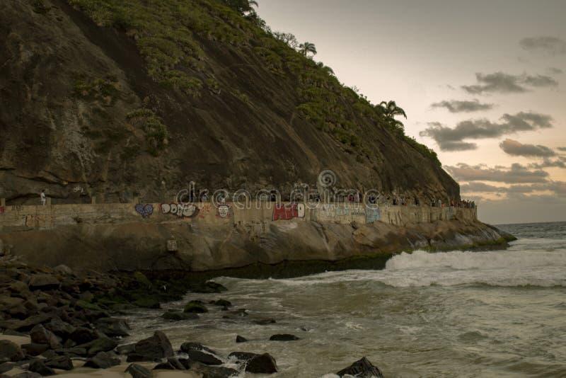 """Οι δωδεκάδες των τουριστών περπατούν το """"τρόπο των ψαράδων """"στην πλευρά του λόφου Babylon σε Leme στοκ φωτογραφίες"""