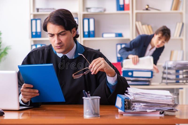 Οι δύο δικηγόροι που εργάζονται στο γραφείο στοκ εικόνες με δικαίωμα ελεύθερης χρήσης