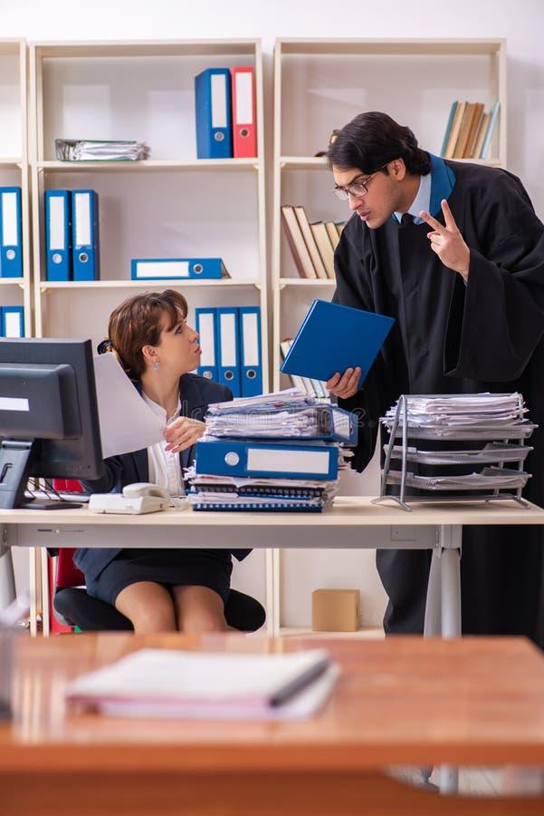 Οι δύο δικηγόροι που εργάζονται στο γραφείο στοκ φωτογραφία