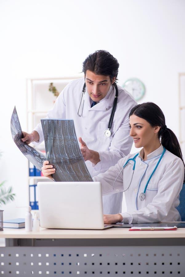 Οι δύο νέοι γιατροί που εργάζονται στην κλινική στοκ εικόνα