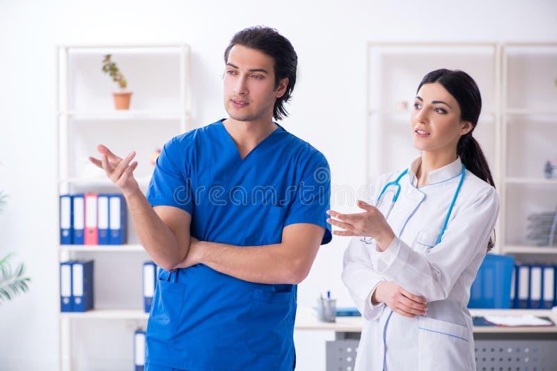 Οι δύο νέοι γιατροί που εργάζονται στην κλινική στοκ εικόνες