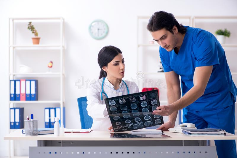 Οι δύο νέοι γιατροί που εργάζονται στην κλινική στοκ εικόνες με δικαίωμα ελεύθερης χρήσης