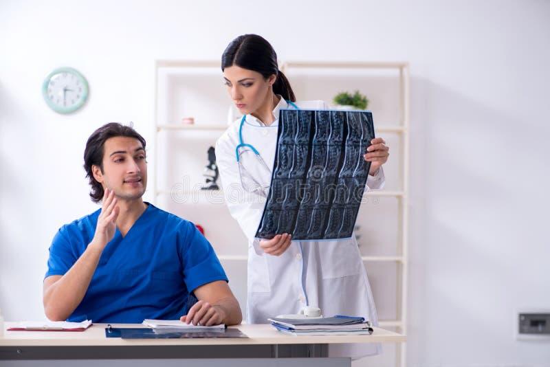 Οι δύο νέοι γιατροί που εργάζονται στην κλινική στοκ φωτογραφία