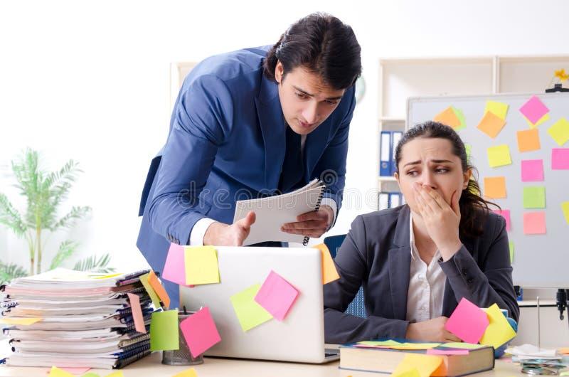 Οι δύο υπάλληλοι συναδέλφων που εργάζονται στο γραφείο στοκ εικόνες
