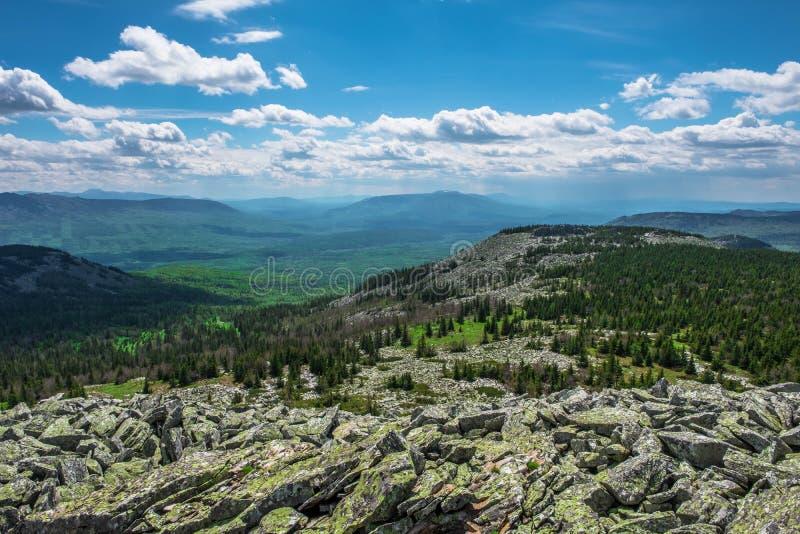 Οι δύσκολες κοιλάδες κλίσεων και βουνών μια νεφελώδη ημέρα στοκ εικόνες