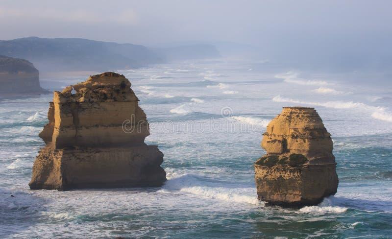 Οι δώδεκα απόστολοι κατά μήκος του μεγάλου ωκεάνιου δρόμου, Βικτώρια, Αυστραλία Φωτογραφισμένος στην ανατολή Ομίχλη της Dawn στοκ φωτογραφία με δικαίωμα ελεύθερης χρήσης