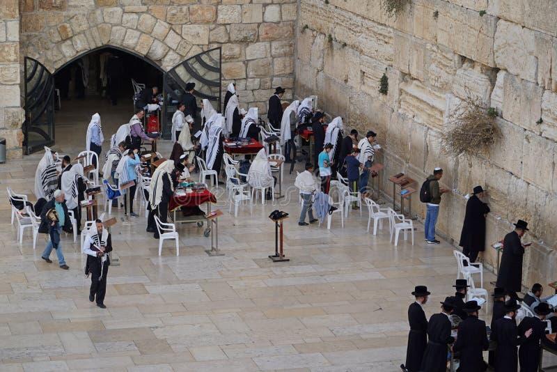 Οι Εβραίοι λατρεύουν στις πέτρες του δυτικού τοίχου στοκ εικόνες
