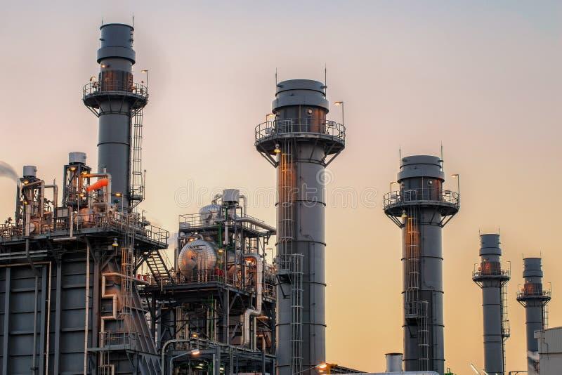 Οι εγκαταστάσεις ηλεκτρικής δύναμης στροβίλων αερίου με το λυκόφως είναι υποστήριξη όλο το εργοστάσιο στοκ φωτογραφίες με δικαίωμα ελεύθερης χρήσης