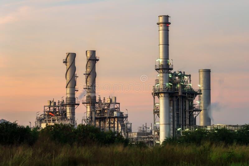 Οι εγκαταστάσεις ηλεκτρικής δύναμης στροβίλων αερίου στο σούρουπο με το λυκόφως υποστηρίζουν όλο το εργοστάσιο στη βιομηχανική πε στοκ εικόνες