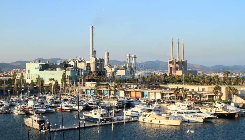 Οι εγκαταστάσεις παραγωγής ενέργειας ηλεκτροπαραγωγής Besà ² s πίσω από το λιμάνι στοκ φωτογραφίες