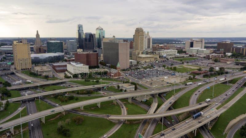 Οι εθνικές οδοί καλύπτουν τη στο κέντρο της πόλης πόλη MO του κεντρικού Κάνσας πόλεων τοπίων στοκ εικόνα με δικαίωμα ελεύθερης χρήσης