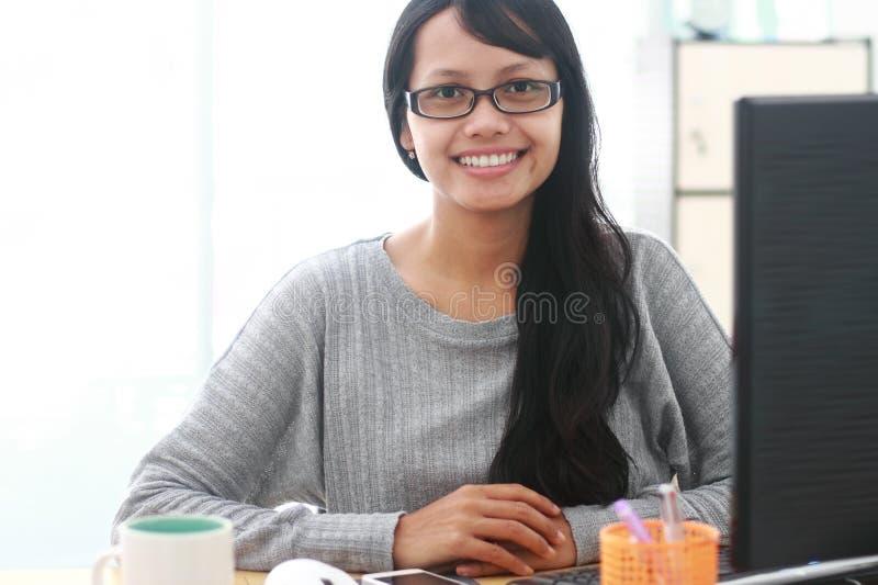 Οι εικόνες του όμορφου νέου αρχιτέκτονα γυναικών που εργάζεται σε την υπολογίζουν στοκ εικόνες