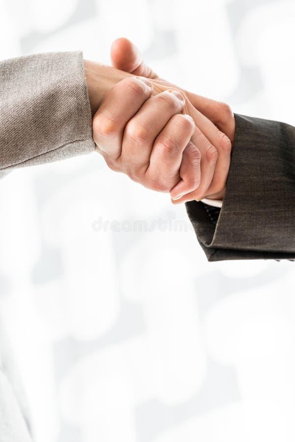 Οι εννοιολογικοί επιχειρηματίες τινάζουν το σημάδι χεριών στοκ φωτογραφίες με δικαίωμα ελεύθερης χρήσης