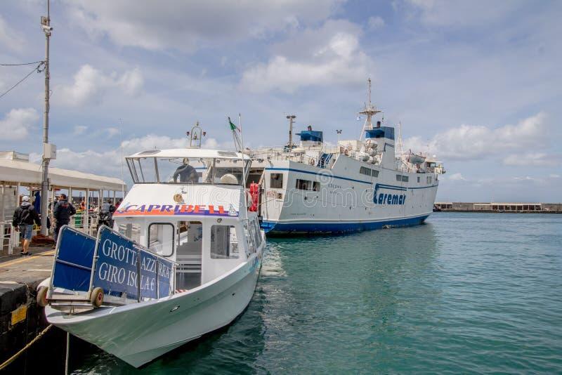 Οι εντυπώσεις μιας βάρκας σκοντάφτουν γύρω από το νησί Capri την άνοιξη, Ιταλία στοκ φωτογραφία με δικαίωμα ελεύθερης χρήσης