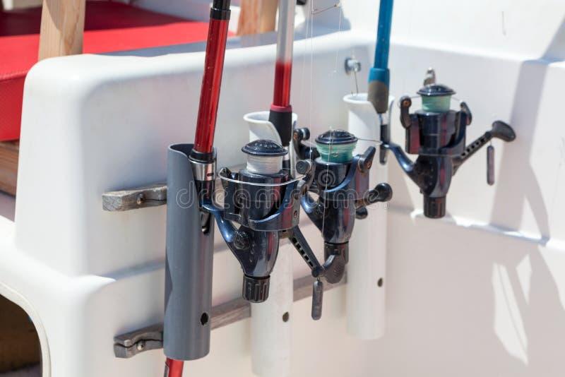 Οι εξοπλισμοί αλιείας παρεμβάλλονται στους κατόχους motorboat, άποψη κινηματογραφήσεων σε πρώτο πλάνο στοκ εικόνες με δικαίωμα ελεύθερης χρήσης