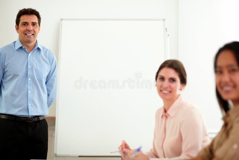 Οι επαγγελματικοί συνάδελφοι ομαδοποιούν το χαμόγελο σε σας στοκ εικόνες με δικαίωμα ελεύθερης χρήσης