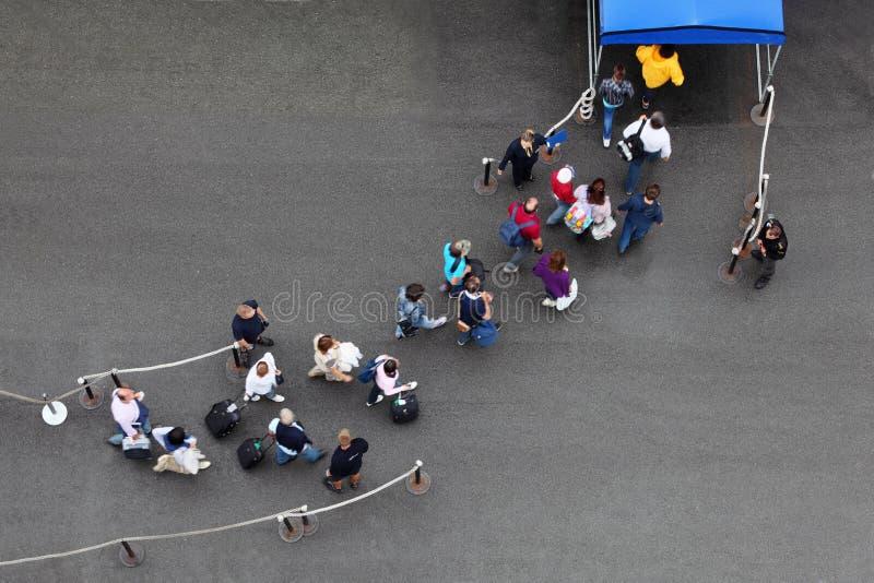 Οι επιβάτες πηγαίνουν στη διαδρομή για την προσγείωση στο σκάφος της γραμμής στοκ εικόνες με δικαίωμα ελεύθερης χρήσης