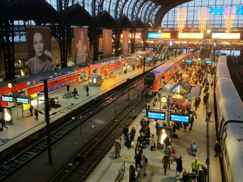 Οι επιβάτες στην πλατφόρμα εκπαιδεύουν στην πόλη του Αμβούργο, Γερμανία στοκ φωτογραφία με δικαίωμα ελεύθερης χρήσης