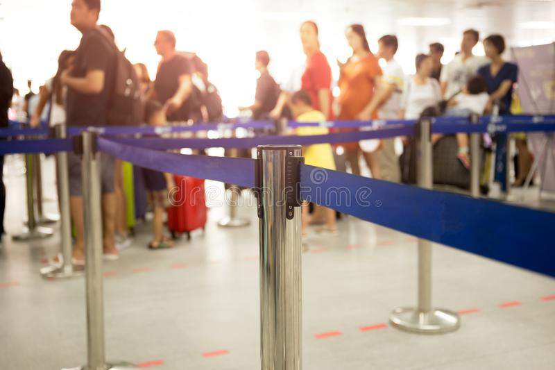 Οι επιβάτες υπογράφουν κατά την άφιξη τη γραμμή στον αερολιμένα στοκ εικόνα