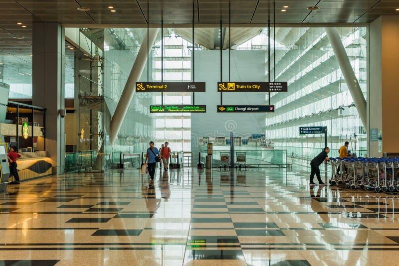 Οι επισκέπτες μπαίνουν από MRT το τραίνο μέσα τον αερολιμένα Σιγκαπούρη Changi στοκ εικόνα με δικαίωμα ελεύθερης χρήσης