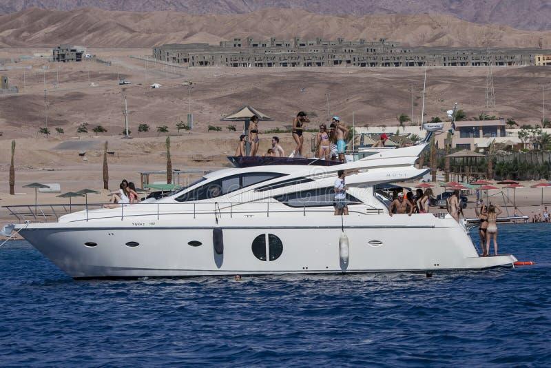 Οι επισκέπτες σε μια βάρκα πολυτέλειας δροσίζουν μακριά στα νερά του Κόλπου του Άκαμπα στο Άκαμπα στην Ιορδανία στοκ φωτογραφίες με δικαίωμα ελεύθερης χρήσης