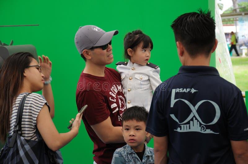 Οι επισκέπτες στη Σιγκαπούρη RSAF ανοικτή στεγάζουν στοκ εικόνες
