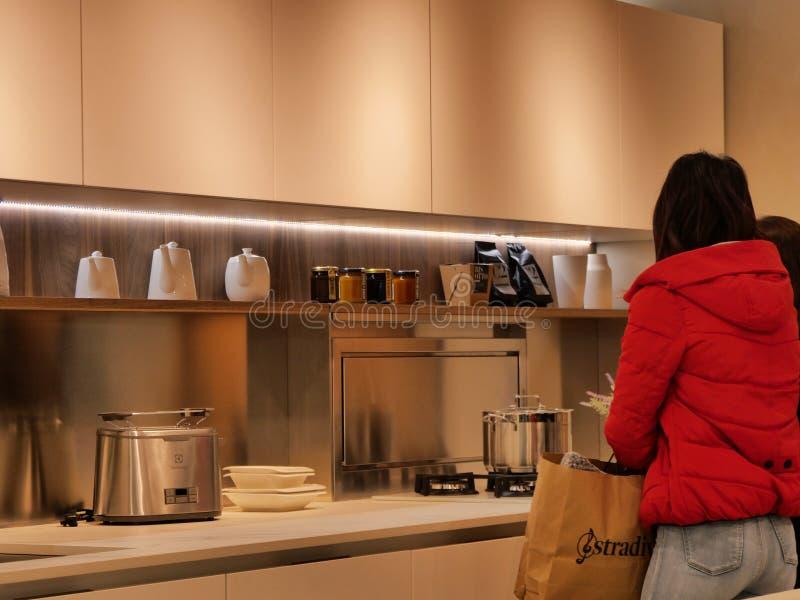 Οι επισκέπτες σχεδιάζουν στο σπίτι και η ιταλική έκθεση επίπλων στοκ φωτογραφία